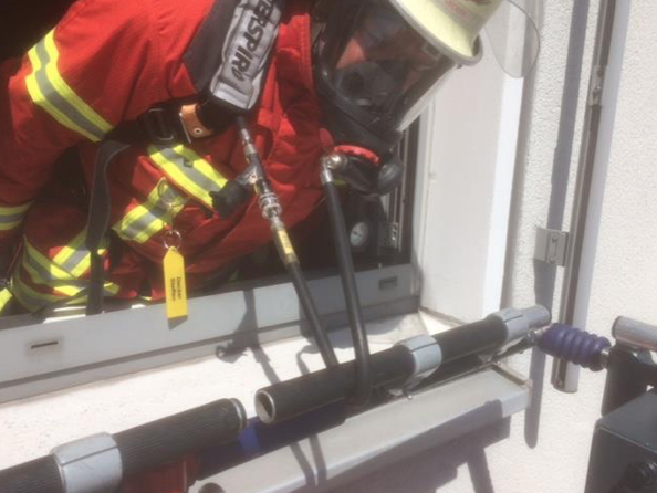 Beinaheunfall bei Einsatzübung – Atemschutzgeräterträger hakt am Drehleiterkorb fest
