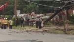 Unfall: Drehleiter trifft Strommast und stürzt um