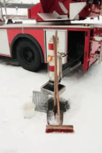 Zusätzlich zu Spaten, Schaufel und Profilschuhen für die Stützteller sollte im Winter Streusalz und abstumpfendes Granulat auf dem Hubrettungsfahrzeug mitgeführt werden.