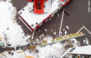 Beim Entfernen einer Schneelast eines Daches geriet diese ins Rutschen und stürze mit Teilen der Bedachung ab.