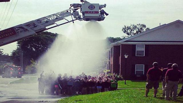 Drehleiter zu nah an Stromleitung – vier Feuerwehrmänner verletzt